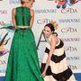 Beth Behrs és Stacey Bendet előadása elsőre értelmezhetetlen a CFDA 2014-es díjátadója előtt, de azért az a legvalószínűbb, hogy a zöld függönyanyagon nevetnek nagyokat
