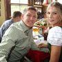 Bastian Schweinsteiger (Németország) és csaja, Sarah Brandner az Oktoberfesten. Ön felfedez némi kontrasztot?