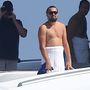 Tökéletes: Leonardo Dicaprio egy hajón elmélkedik a világ dolgairól elég fura ábrázattal.