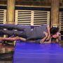 Egy pillanatkép Jimmy Fallon showjából, amint ő és Heidi Klum különleges gravitációs körülmények közt, ölelkezve végig gurul a matracon.