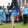Katalin hercegné annyira kúl, hogy platform cipőben is simán átugrál három konzervdoboz fölött.
