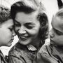 Egy kép 1960-ból, amin Bacall két gyerekével mosolyog.