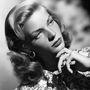 A jellegzetes Bacall-nézés. Leszegett fej, felhúzott szemöldök, igéző pillantás. (1940-es évek)