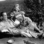 Bogart és Bacall egy kutyával üldögélnek a kertjükben. (1940-es évek)