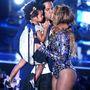 Fontos pillanat: Beyoncé díjat vesz át a férjétől és a lányuktól. Csókolóznak, cáfolva a családi problémáikról terjedő pletykákat