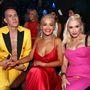 Jeremy Scott tervező és Rita Ora itt egy plötty formájúnak tűnő Gwen Stefanival üldögélnek