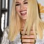 Gwen Stefaniról még nem láttunk ilyen képet. Valami furcsa van a hajával, amit nem tudtunk megfejteni, melltartót viszont nem visel