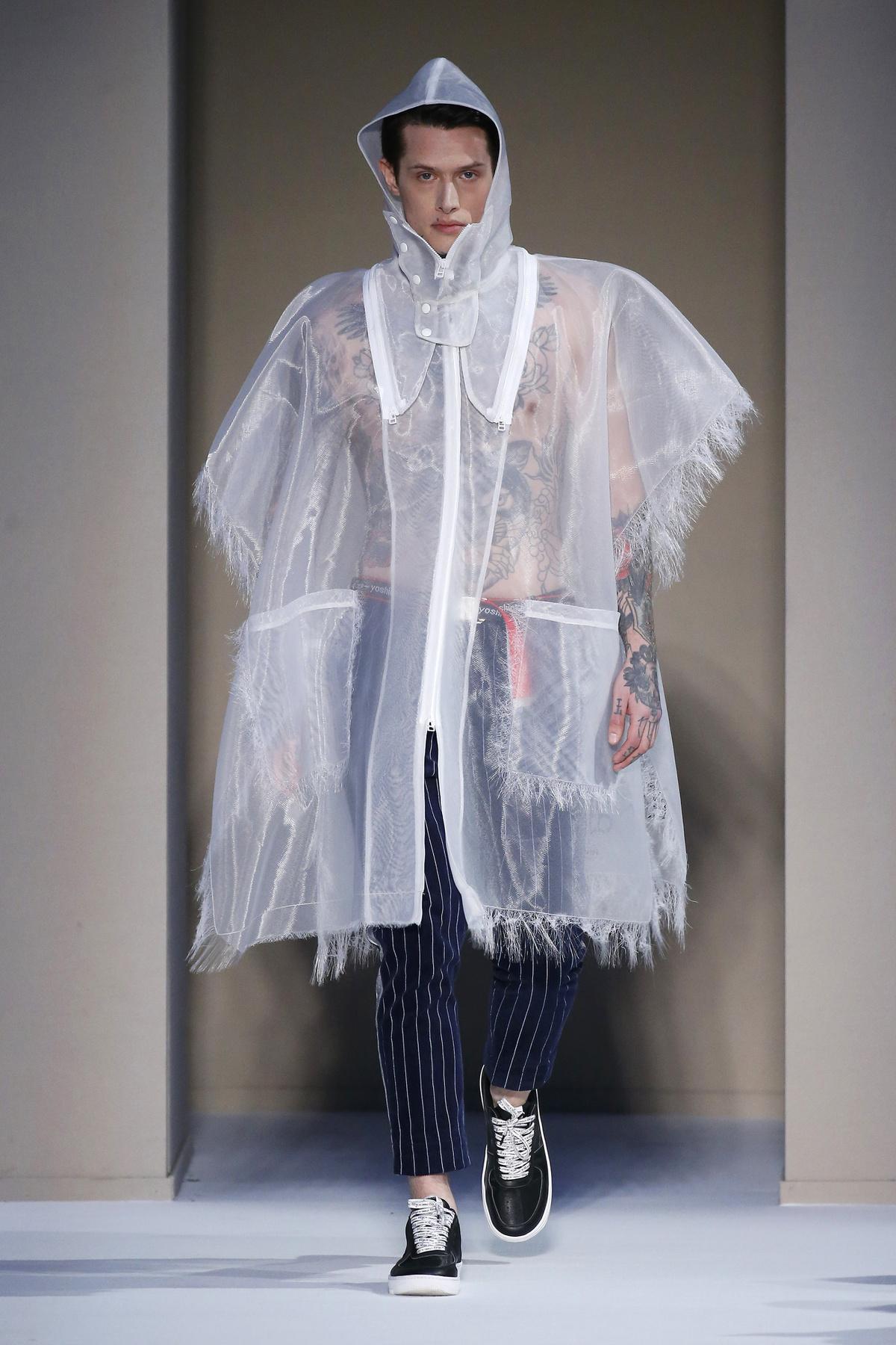 Nem kényelmetlen egy ilyen láncot viselni a zakó alatt? Mert egyébként egyáltalán nem néz ki rosszul - legalábbis a modell fejéhez képest nem.