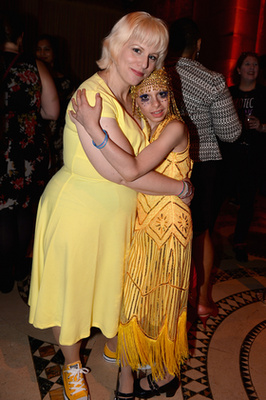 Egy bónuszfotó egy május 20-i díjkiosztóról: a GLSEN Respect Awardson Desmond az anyukájával is fényképezkedett, akit Wendy Napolesnek hívnak.