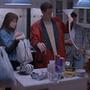 A szereplők éppen megérkeznek a buliba, és lepakolnak a helyiség közepén elhelyezkedő konyhaszigetre.