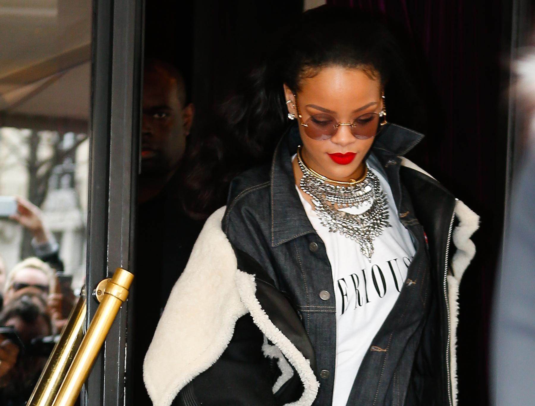 Rihanna március 23-án egy kis mellközt villant Santa Monicában