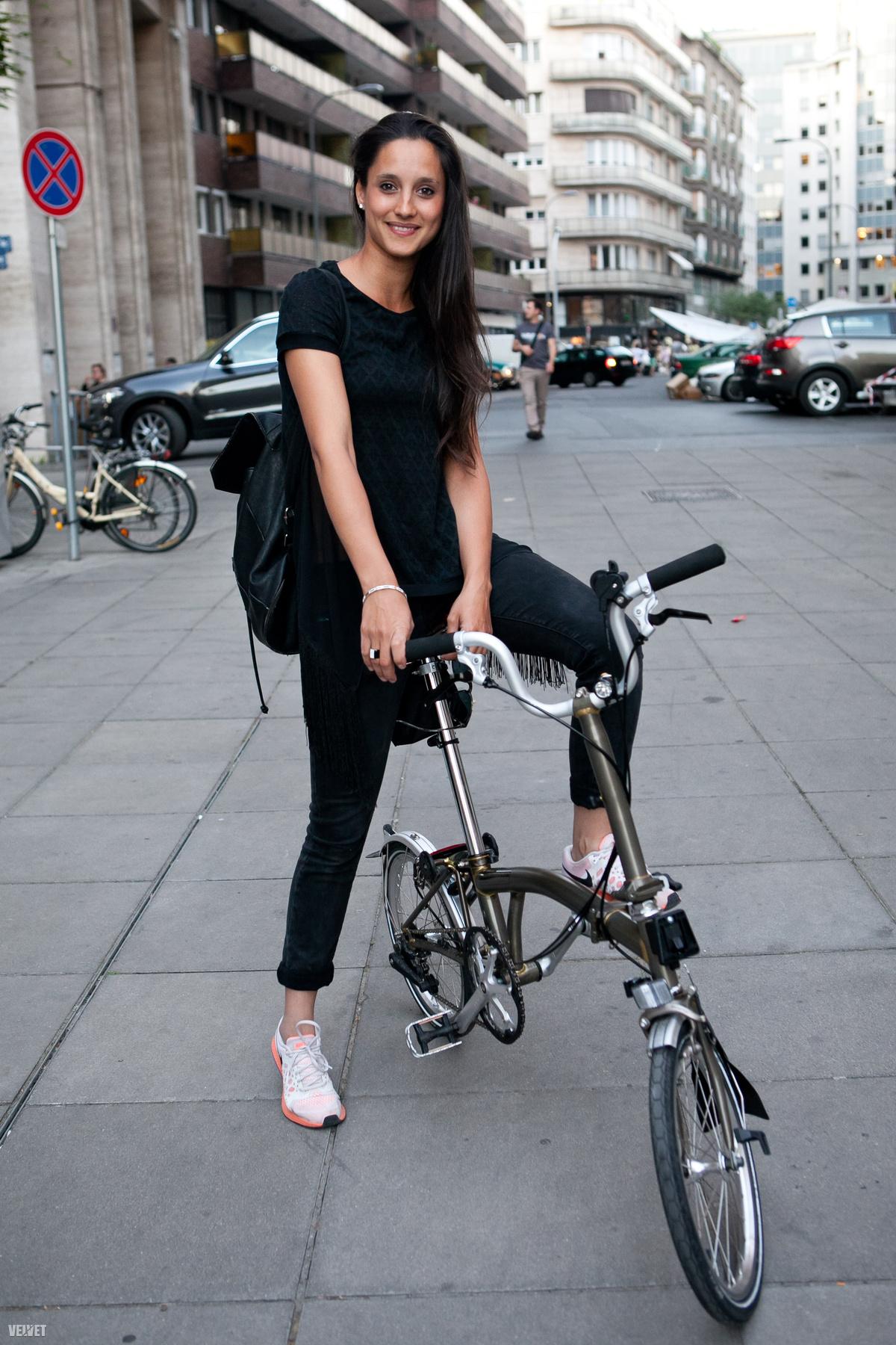Odett nyárias ruhában bringázik