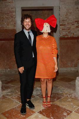 Erik Anders Lang és Sia a Miu Miu divatcég vacsoráján