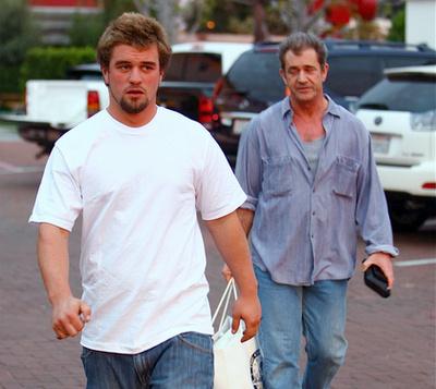 2002-ben a lesifotósok egy játékboltból kifelé jövet kapták el a Gibson fiúkat.