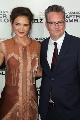 A színész a The Kennedys: After Camelot című sorozat bemutatóján. Igen, mellette az ott Katie Holmes, aki szintén egészen jól festett.
