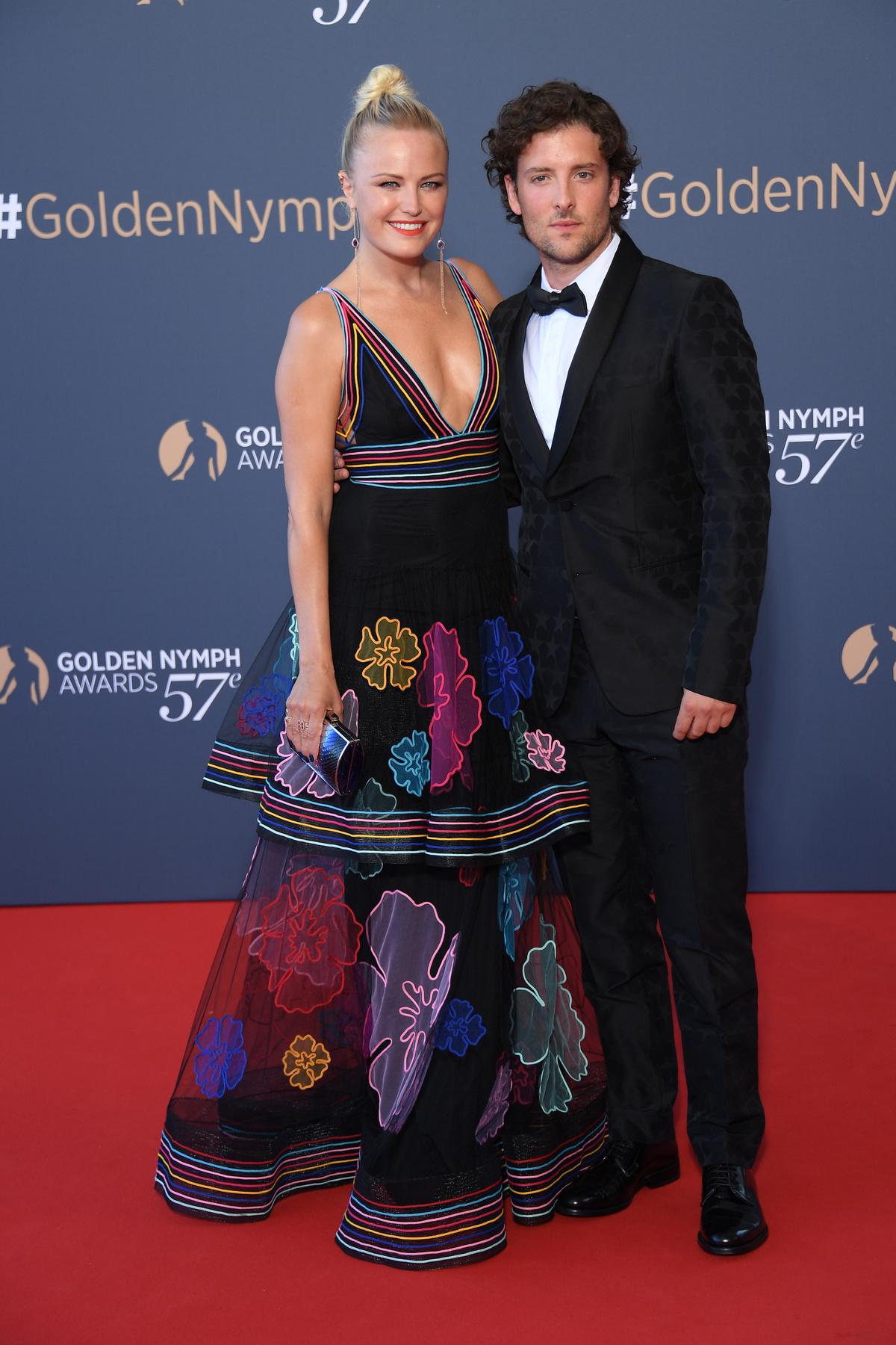 Ha a hölgy haja nem lenne a vállán, hanem mondjuk össze lenne fogva, akkor valószínűleg még, khm, látványosabb lenne ez a ruha.