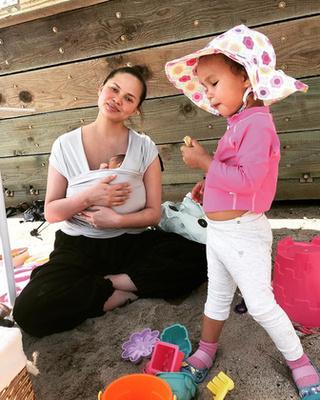 Chrissy Teigen szintén azok közé a hírességek közé tartozik, akik nagyon őszinték a rajongóikkal. A modell nyíltan beszélt arról, hogy szülés utáni depresszióban szenvedett kislánya világra jötte után, és arról is beszámolt, hogy egy hónapja született kisfia mesterséges megtermékenyítés útján fogant.