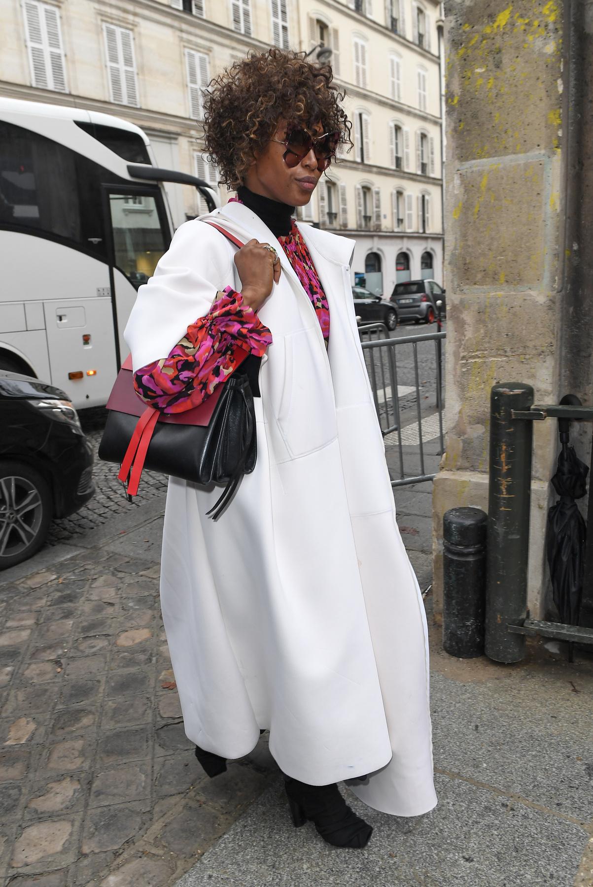 Camila Coelho egyébként a Balmain bemutatóján vett részt ebben a ruhában.