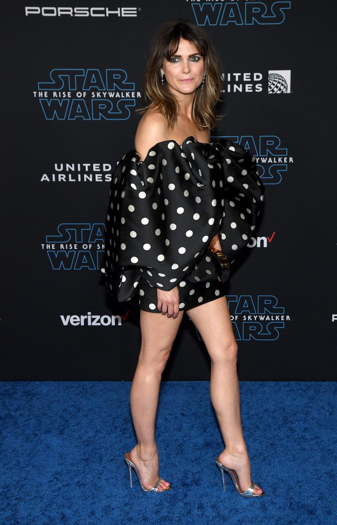 Ettől a V alakú rátéttől olyan ez a ruha, hogy akár jelmeznek is jó lett volna a filmbe.
