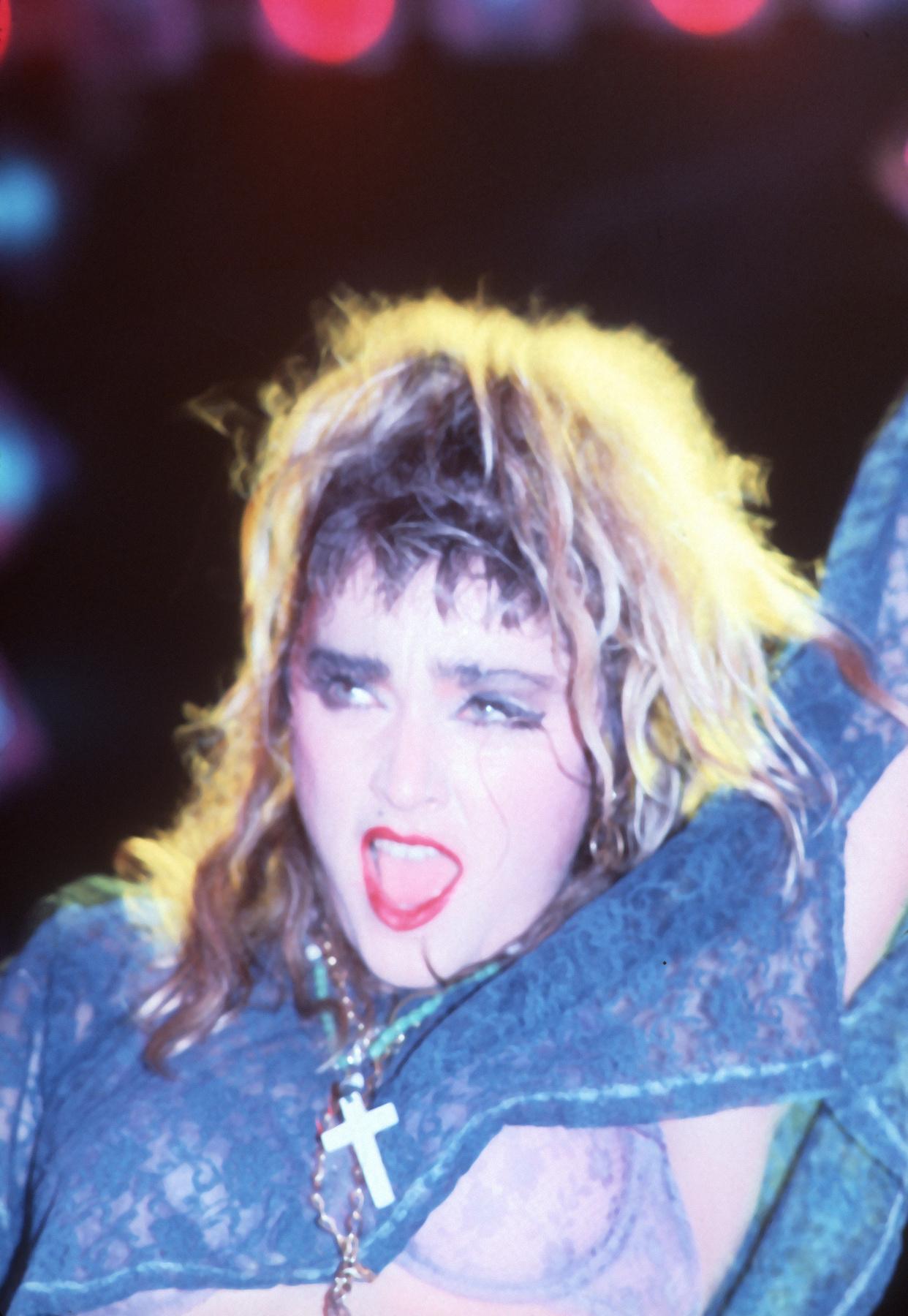 A hajban a masni, a napszemüveg, sőt, még egy kiegészítő: kesztyű! Madonna a Kétségbeesve keresem Susant címszerepében, mellette partnere, Rosanna Arquette.