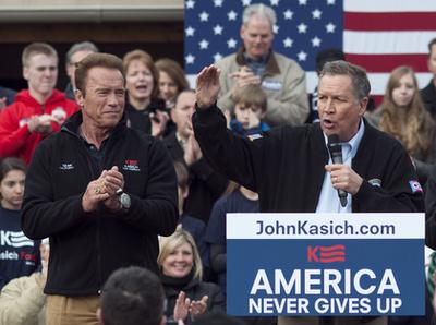 Itt Arnold Schwarzenegger egy 2016-os republikánus gyűlésen kampányol amellett, hogy John Kasich legyen a párt elnökjelöltje. Donald Trumpot ő nem (sem) támogatta.