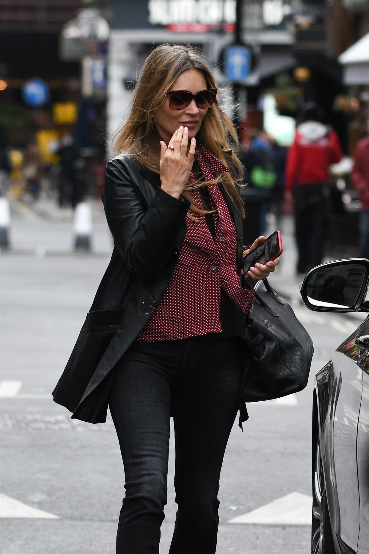 Ezzel a május 20-án készült paparazziképpel búcsúzunk: itt nincs retus, photoshop, legfeljebb napszemüveg - így néz ki most a 47 éves modell.