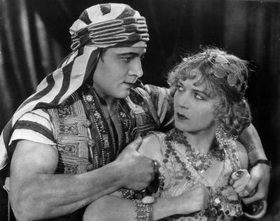 Rudolph Valentino nevével még szivart is árultak akkoriban