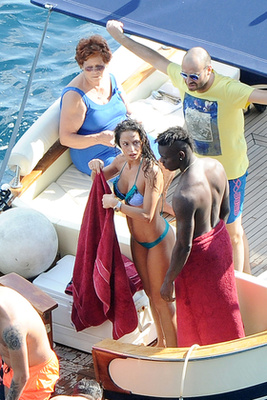 Balotelli, kislánya, annak anyja és a családtagok együtt nyaralnak – itt nem nagyon értjük, hogy mi történik