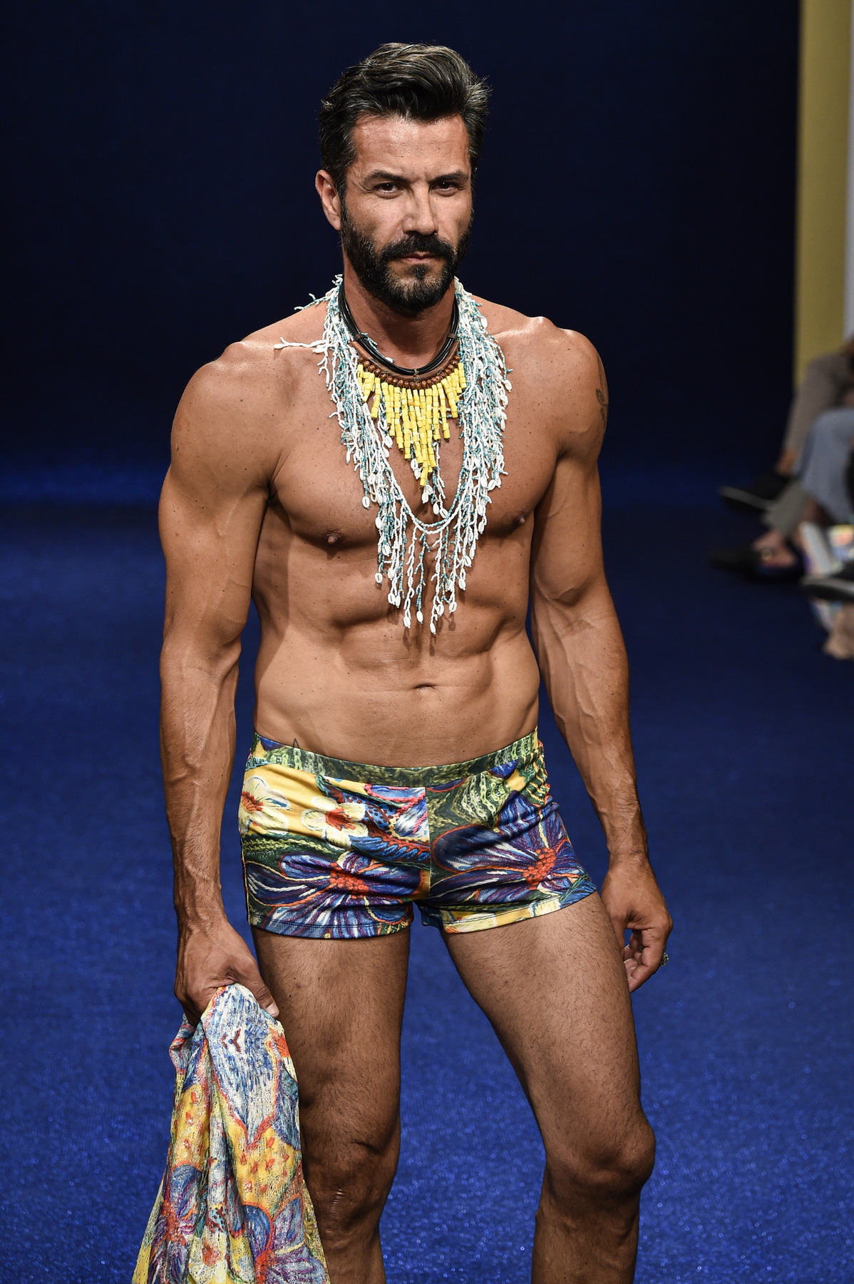 A Cevibi, az Ella by Fiorella és a Fitin Homme - Ubk Company Co. divatbemutatóin is ugyanazt a két gyűrűt viselte ez a férfi az úszónadrágokhoz.