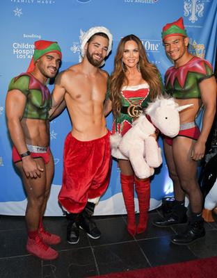 És a végére itt van megint LeeAnne Locken, plusz egy karácsonyi díszbe öltözött személy, akiről nagyon az a gyanúnk, hogy egy drag queen. Ha nem az, akkor vásároljon élethűbb parókákat.