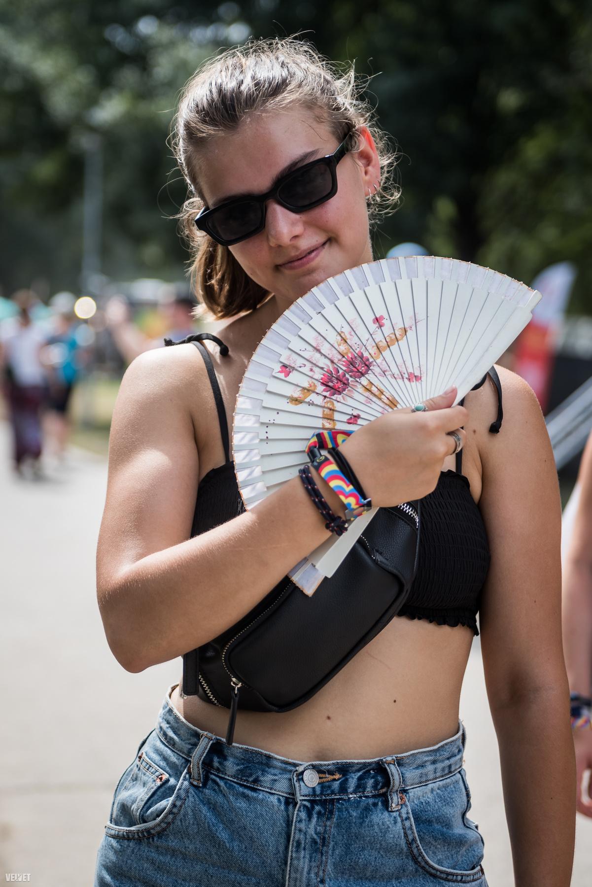 6. Magyar lány rózsaszín legyezővel