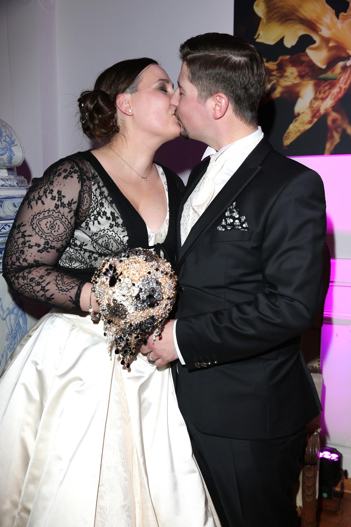 Az ifjú pár csókjával búcsúzunk ettől a szép eseménytől.