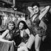 Az 1950-es évek egyik nightclubjának táncosai az öltözőben pihennek.