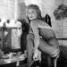 Sylvia Syms színésznő látható az Expresso Bongo forgatásán. (1960 körül)