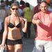 Egy férfi, mellette pedig fekete bikinifelső, ami alatt mellek vannak.