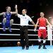 A világ legerősebb bírója egy boxolót is megtart. (Michael Conlan ír [kékben] és Nordine Oubaali francia ökölvívók)