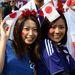 A két japán lány is aranyos, de a mögöttük álló fazon megfizethetetlen.