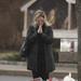 A Saint Rose templom előtt imádkozott egy nő.