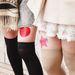 A japán lányok az utcán mutogatják a lábukat
