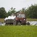 Néha bezötyög egy traktor vagy egy Csepel a frissen megpakolt zsákokkal.