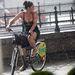 Ruhában, papucsban, biciklivel
