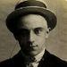 A 19 éves Sidney James azért tartóztatták le 1909-ben, mert biciklit lopott.