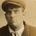 A képen a 27 éves George Williams látható, akit 1910-ben azért tartóztattak le, mert ellopott 3  nadrágot.