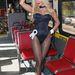 Charis Boyle Playmate kapaszkodik a buszon