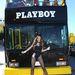 Jayde Nicole 2008 év Playmate-je bemutatja a buszt