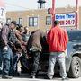 Rendőrök vizsgálnak át egy autót narkó után kutatva.