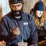 Ezért a hajléktalanok között is nagyon nagy a heroinfüggők aránya. Itt épp egy Greg nevű férfi nézi mereven a fecskendőjét.