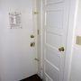A biztonságérzetet növelheti, hogy minden ajtón több zár is van. A nyolcvanas évek végén mindenképpen indokolt volt: az épületben lakott két sorozatgyilkos, Richard Ramirez (13 áldozat, 11 nemi erőszak) 1985 -ben, és Jack Unterweger (10-15 áldozat) 1991-ben.