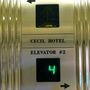 Induljanak el a lift felé, ott is a Cecil Hotel név köszön vissza. Sajnos nincsenek felvételeink az épület eredeti állapotáról, pedig szép lehetett.