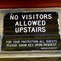 Szigorú a beengedési szabályzat, legalábbis a felirat szerint: senki sem mehet fel a szobákba, aki nem itt lakik. A szálláshely online értékelései szerint ez nem mindig valósul meg: volt, aki arra panaszkodott, hogy idegenek randalíroztak a szobája környékén. Vagy a szobájában.